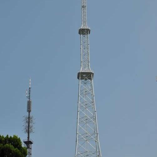 单管塔,属于管塔技术领域,包括塔体及塔体上部连接设置的工作平台。塔体底部管壁开设下门洞,工作平台所处位置的管壁开设上门洞,天线支架固定于工作平台的围栏上,特征在于塔体内连接设置由爬梯主杆及爬梯主杆上连接设置的横挡构成的爬梯,爬梯主杆与支承架固定连接 特征在于塔体内连接设置由爬梯主杆及爬梯主杆上连接设置的横挡构成的爬梯,爬梯主杆与支承架固定连接,支承架与设置在塔体内壁的连接支架螺接配合。上述单管塔,结构简单、合理;外型美观;安装、使用方便。占地面积:9-18独管塔[1]是一种实用新颖铁塔[2],以外表美观