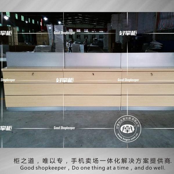 华为木纹手机不锈钢靠墙体验台具有时尚气息的拼接工艺,使木质和不锈钢这俩种材料完美结合在一起!现代感中带点古韵,如果是放在亮色系的店面,会更突出;  或是在暖色系的店里,能够于整体氛围很好的融合在一起。所以,选择华为木纹不锈钢手机柜是明智的!  总部地址:广东省中山市南区先施一路好掌柜工业园 订购专线:180-2202-9880 全国免费售后电话:400-884-5858 总部官网:www.