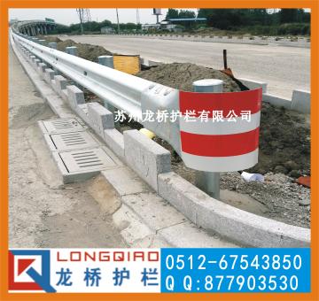 黑龙江双鸭山高速公路防撞护栏/双鸭山波形板防撞护栏/龙桥护栏厂家直销