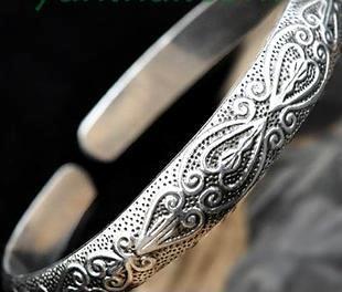 纯手雕刻制作完成的苗族银饰手镯