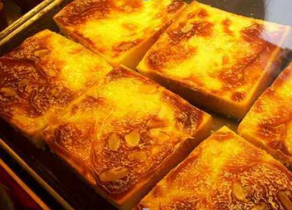 闪亮如金砖的岩烧乳酪面包